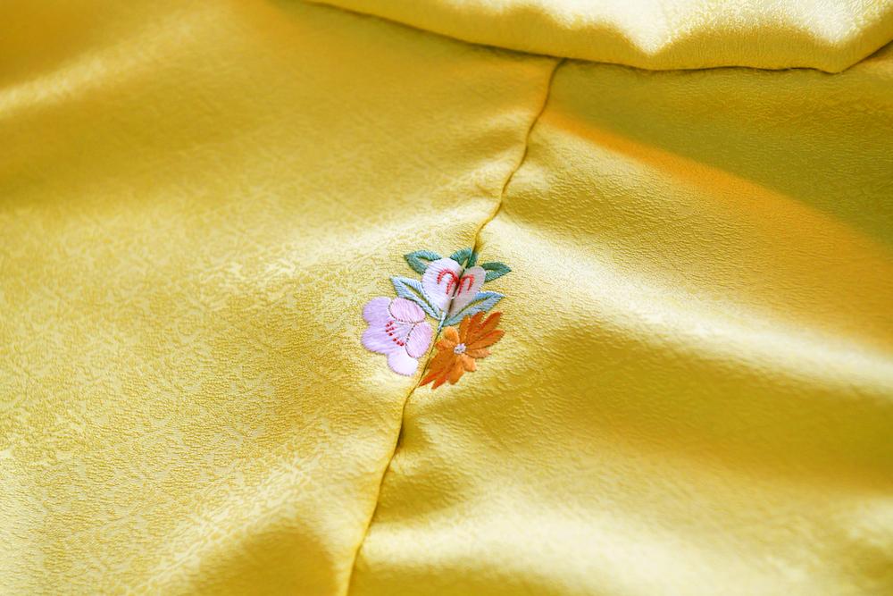 季節の花々や歳時記にまつわるモチーフでオリジナルデザインの花紋を。本店では草木染の刺繍糸でオーダーも可能。