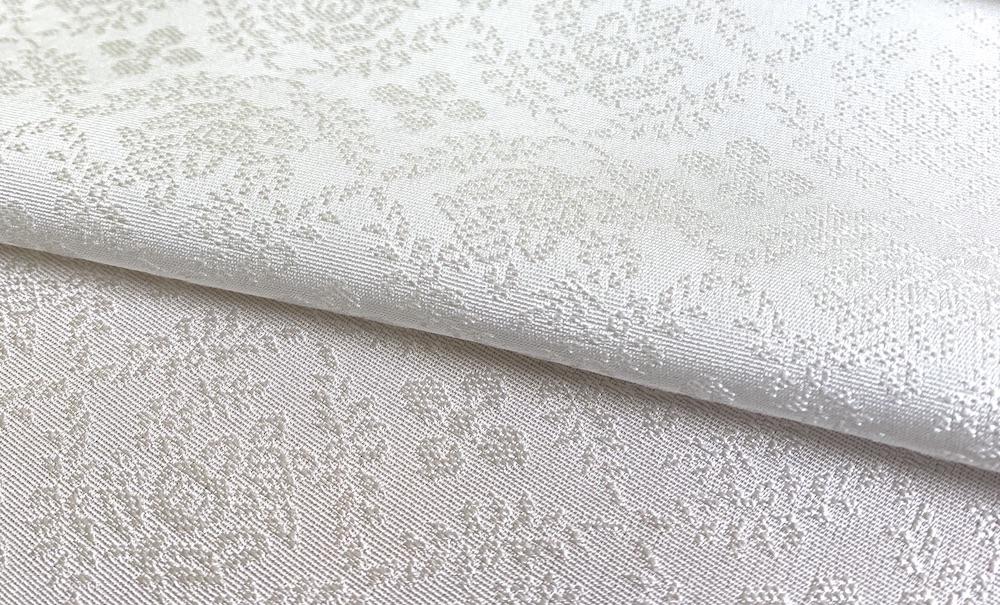 純国産絹で織りあげた白生地は、本店でしか出会えないオリジナルデザインの地紋も用意している。