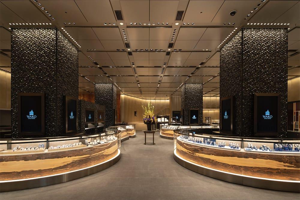 本館1階「和光ウオッチスクエア」は、美濃焼にインスパイアされたというタイルを施した柱、個性的な木目を生かす展示台など、日本の美を意識した内装となっている。