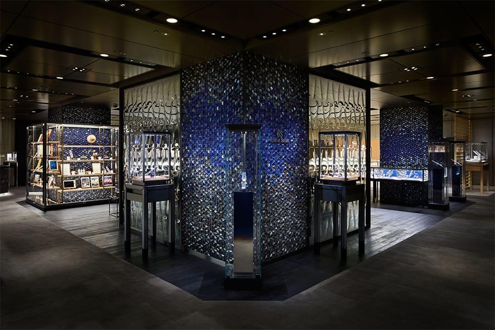 """本館2階「和光ウオッチ&ジュエリースクエア」の柱はグランドセイコーを象徴するカラー""""GSブルー""""のタイルがあしらわれている。"""