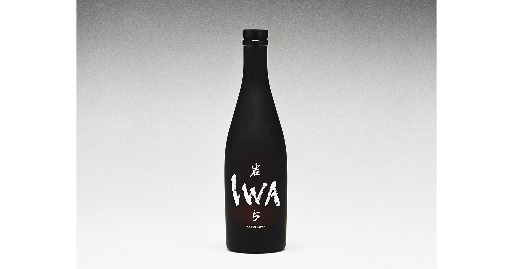 ドン ペリニヨンの5代目醸造最高責任者、リシャール・ジョフロワが複数の日本酒をブレンドして生み出した「IWA5」。