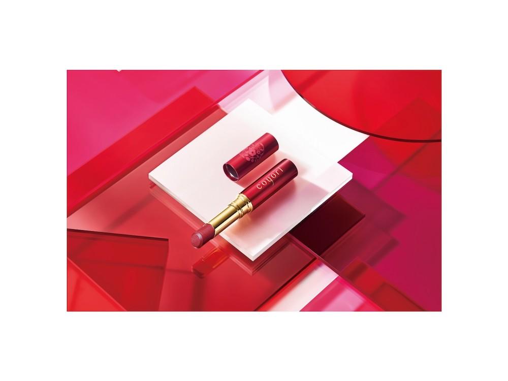 coyoriのブランド10周年を記念するアイテム「-綾紅―」は、天然ミネラルで着色し、肌に負担をかけず自分だけの赤に発色するリップスティック
