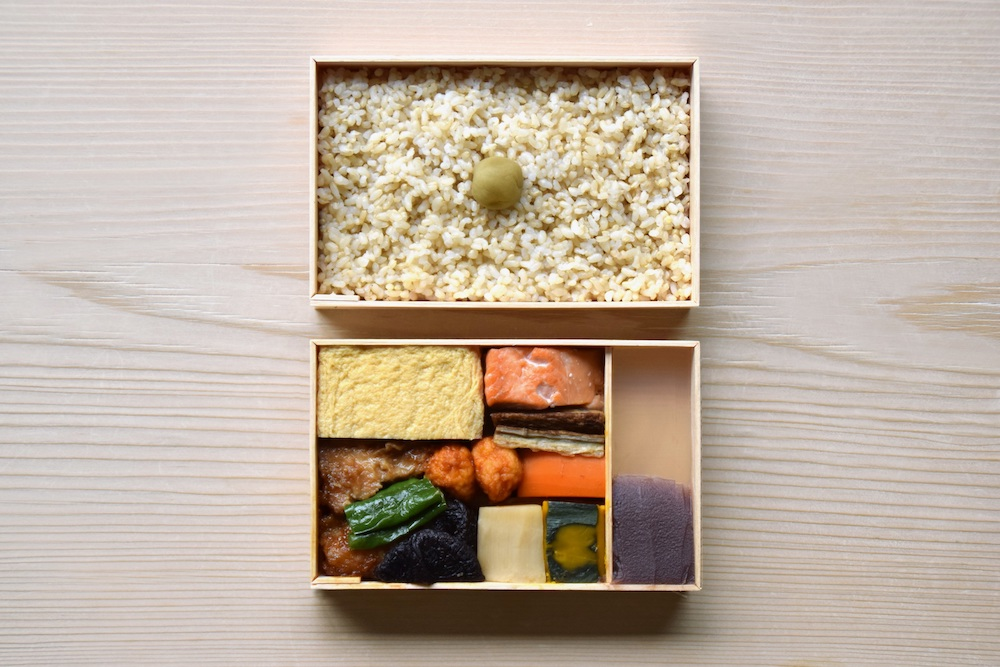 「折弁 行」(税込 2,700円)は、銀鮭や甘辛い玉子焼、定番のおかずを楽しめる玄米弁当。おかずのみの販売も可能。