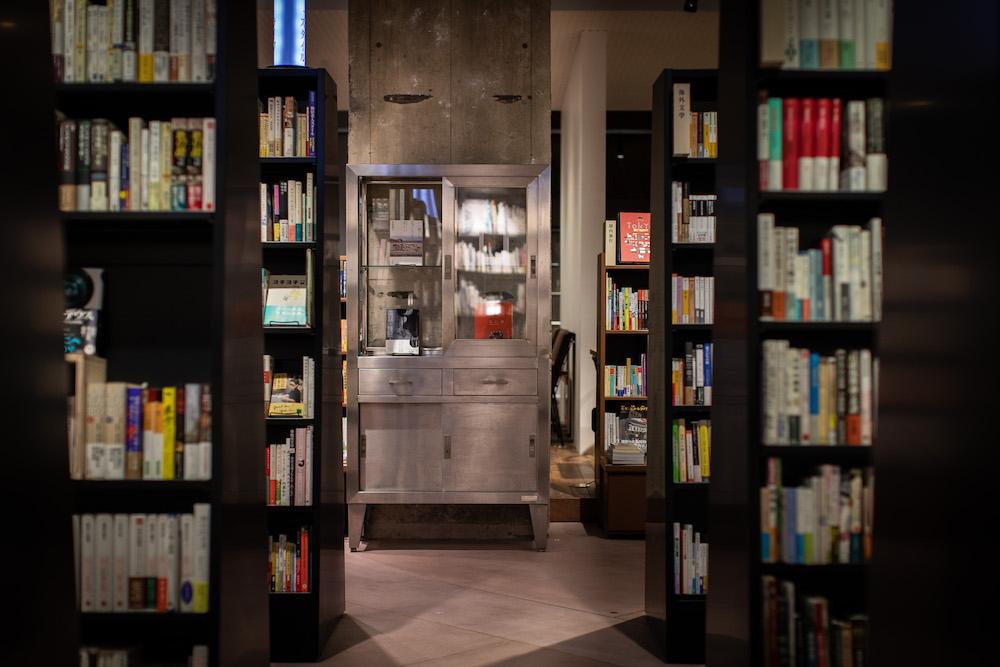 「文喫六本木」店内には、人文科学や自然科学、アートやデザインに至るまで約3万冊を揃える。一般の書店では手に入らない書籍もあり、閲覧室でじっくり選ぶことができる