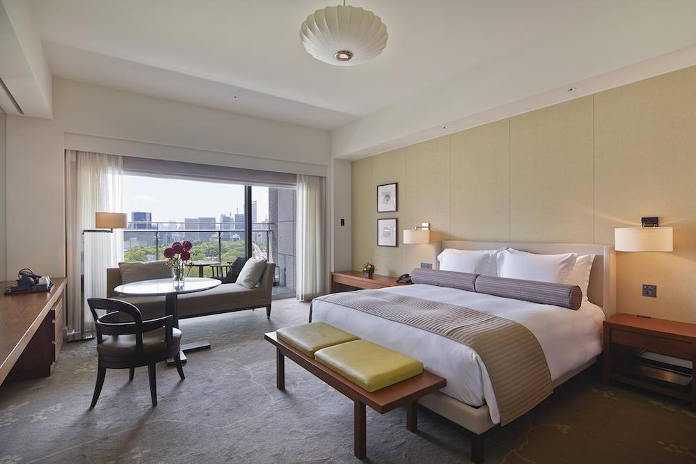 今プランでは45㎡の広いバルコニー付きの部屋を用意。1名または2名で宿泊できる。