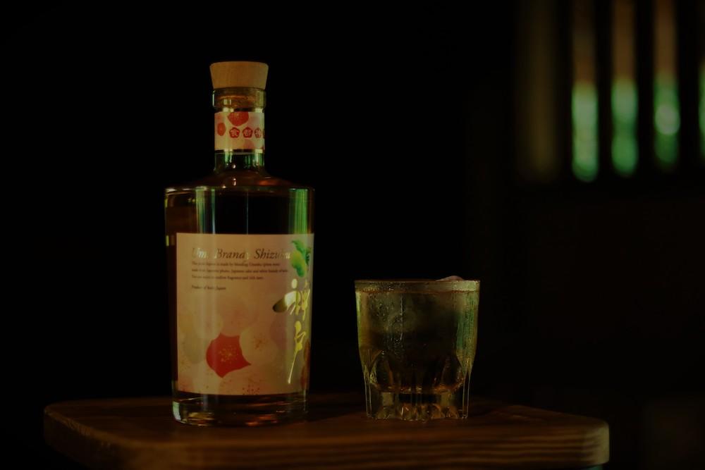 白鶴酒造の純米酒と梅酒、神戸ワイナリーのホワイトブランデーをブレンドして生まれた「梅ブランデー雫」