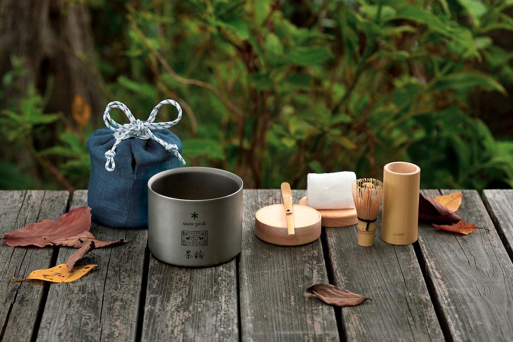 軽くて丈夫なチタン製の茶碗に、折り畳み式の茶杓やミニ茶筅、内蓋付き棗をセットに。道具を包む仕覆は各ブランドをイメージした3色(Snow Peak:瑠璃、中川政七商店:海松藍、茶論:古代紫)を展開。