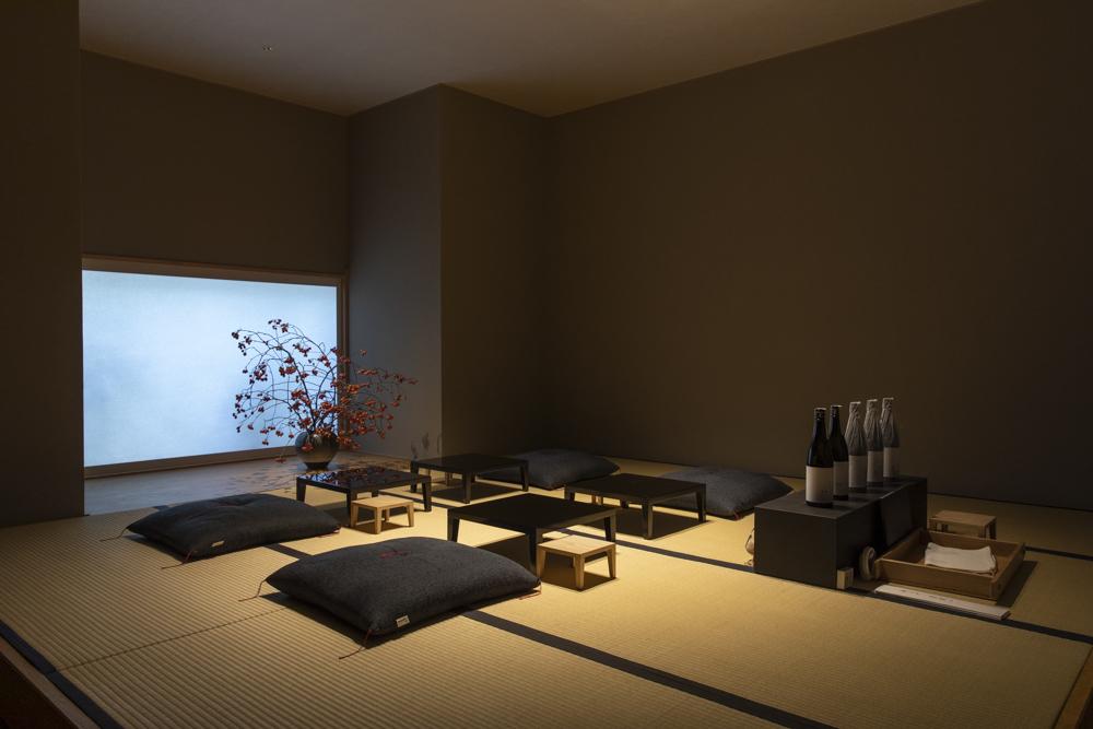 モダンな店内の奥、茶室を思わせるスペースでの日本酒体験。「長谷川栄雅」の日本酒についてのレクチャーも兼ねており、日本酒の魅力を存分に堪能できる。
