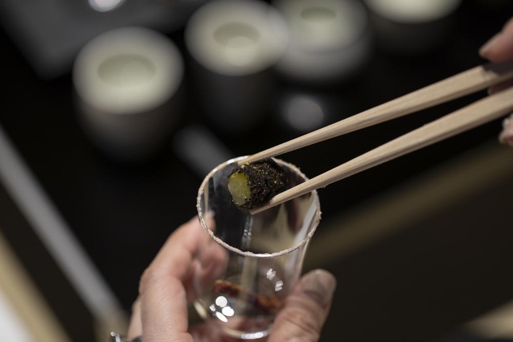 「栄雅 特別純米」と合わせるのは「ドライトマト 梅塩」。