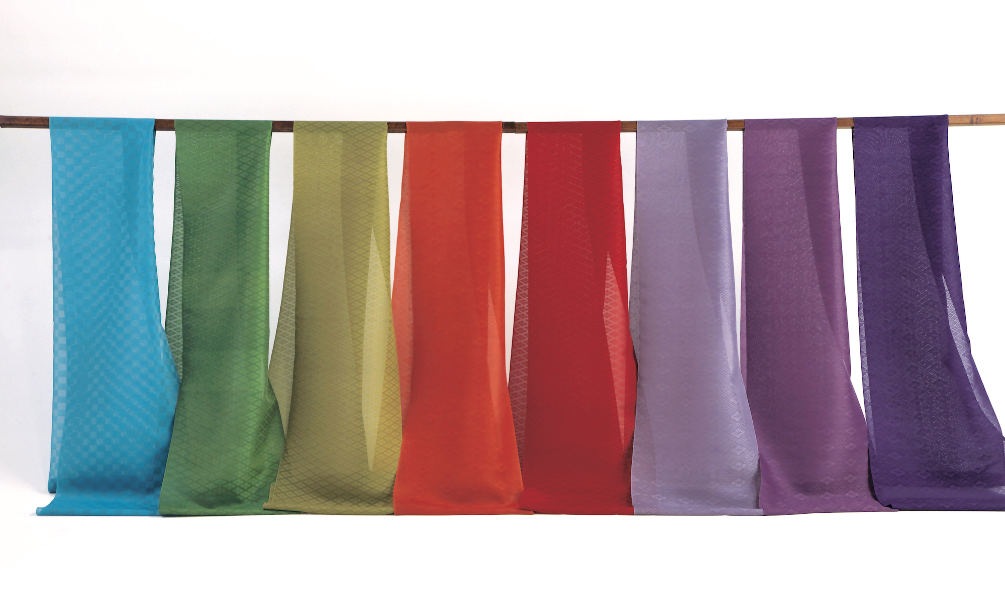 吉岡は古典文学に表現された装束の色彩も再現している。写真は『源氏物語』第14帖「澪標」の色彩。