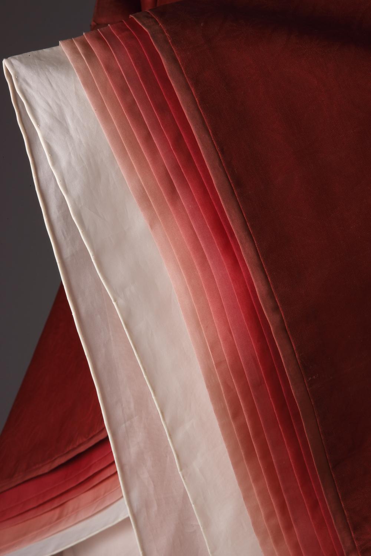 『源氏物語』蘇芳のかさねの袖部分に見る繊細なグラデーションは、古来の染色方法を研究し再現している。
