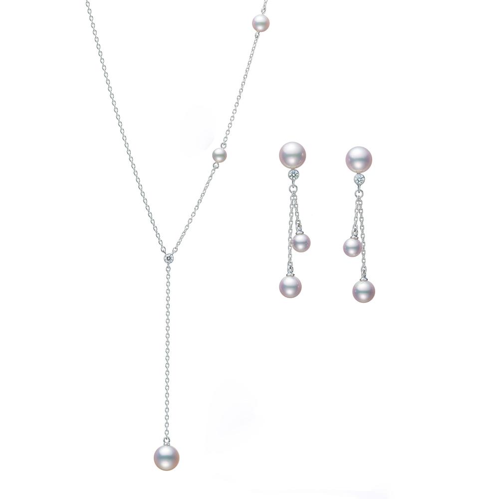 ネックレス198,000円(54cm+トップまで6cm)、ピアス143,000円 (ともに18KWG、アコヤ真珠、ダイヤモンド)