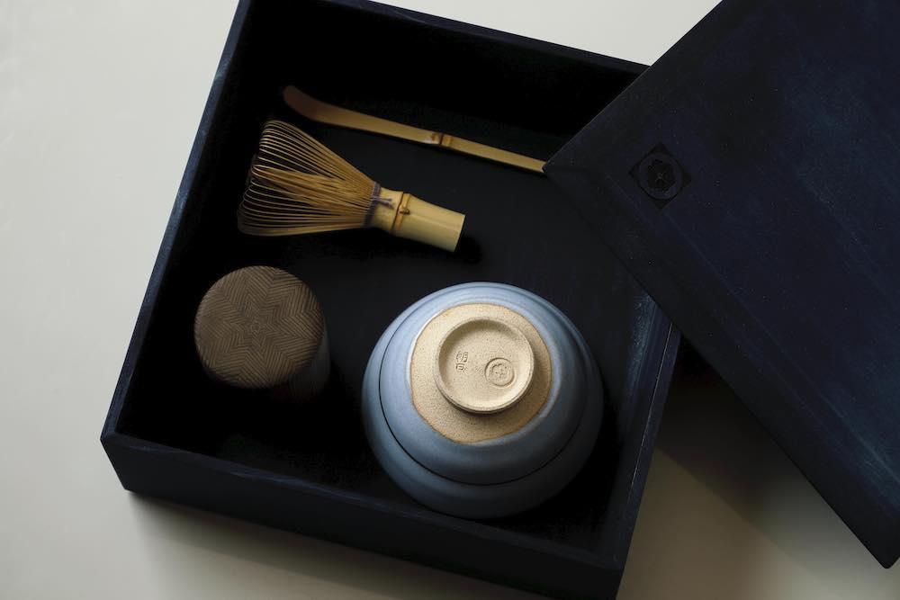 三年プロジェクト「Layers of Memories」の第一弾として「目覚めの重」を。「朝日焼」の抹茶盌、「中川木工芸」の中次茶入、「公長斎小菅」の茶筅と茶匙がセットになっている