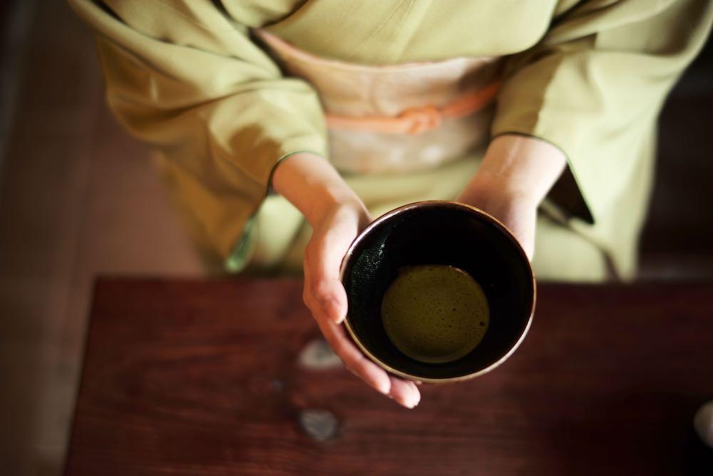 東山の圓徳院にある豊臣秀吉が古田織部に作らせた特別な茶席で、庭園を見ながら「目覚めの重」の茶器を使ったお茶体験を。往復は人力車で送迎する。