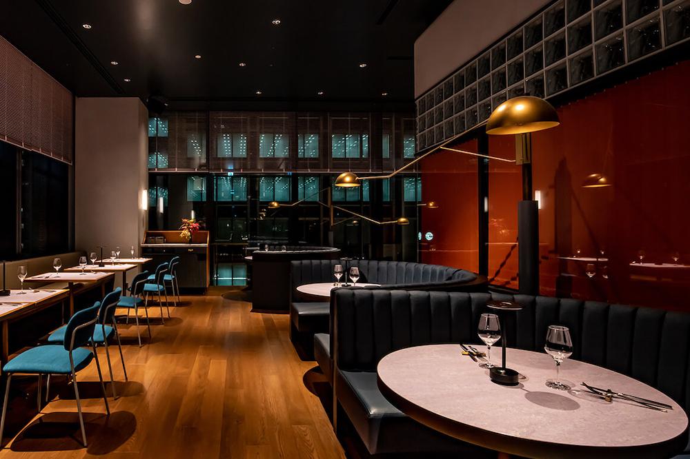 9階は「静寂」をテーマに、落ち着きのあるダークカラーのインテリアでエレガントな空間に仕上がっている。