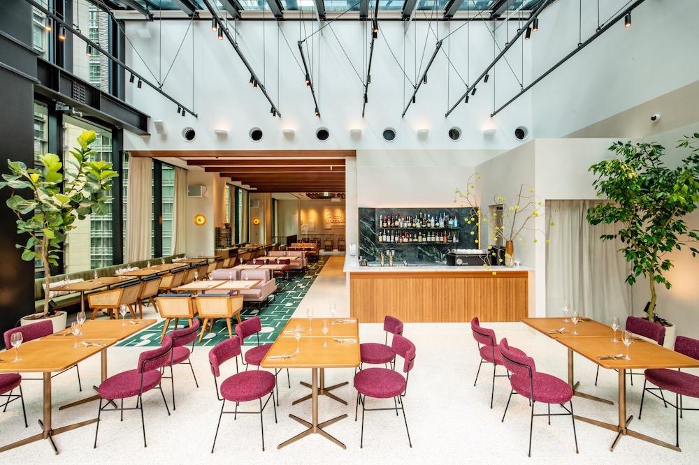 10階は「活気」をテーマに、自然光が明るいテラスへと続く開放的な空間。モダンで軽快な印象のフロアとなっている。