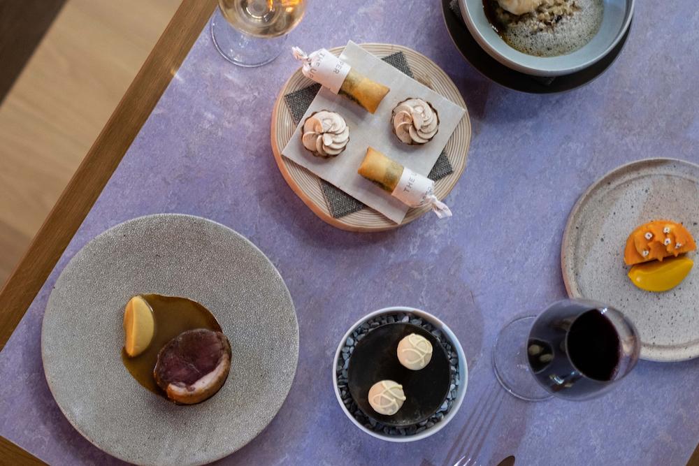 ウエルカムアミューズから始まり、5種の料理とデセール、ミニャルディーズまで7皿が供される、THE UPPER DINNER COURSE ¥8,800 円~(税込)。