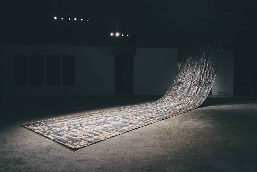 ギャラリーに展示されているのは、コンピューター・プログラムのコードによって織組織を生成するという新たな手法と、西陣織の職人たちの技や感性とが出会い、美しい織物へと昇華した作品。