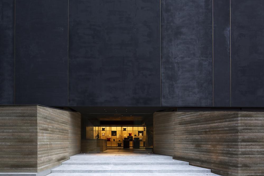 美しいテキスタイルを活かした家具、カーテンなどを揃える「HOSOO FLAGSHIP STORE」。この2階に「HOSOO GALLERY」は設けられている。