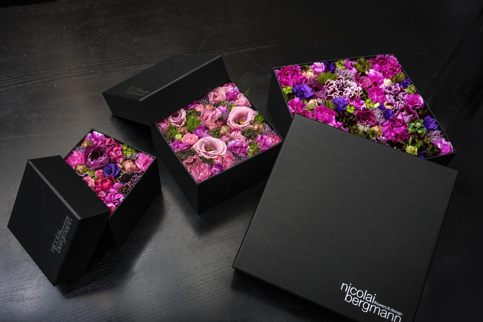 今展覧会ではオリジナルの黒いフラワーボックスも登場。シーズナルデザインなどこれまでに制作した100種類以上のフラワーボックスが揃う。