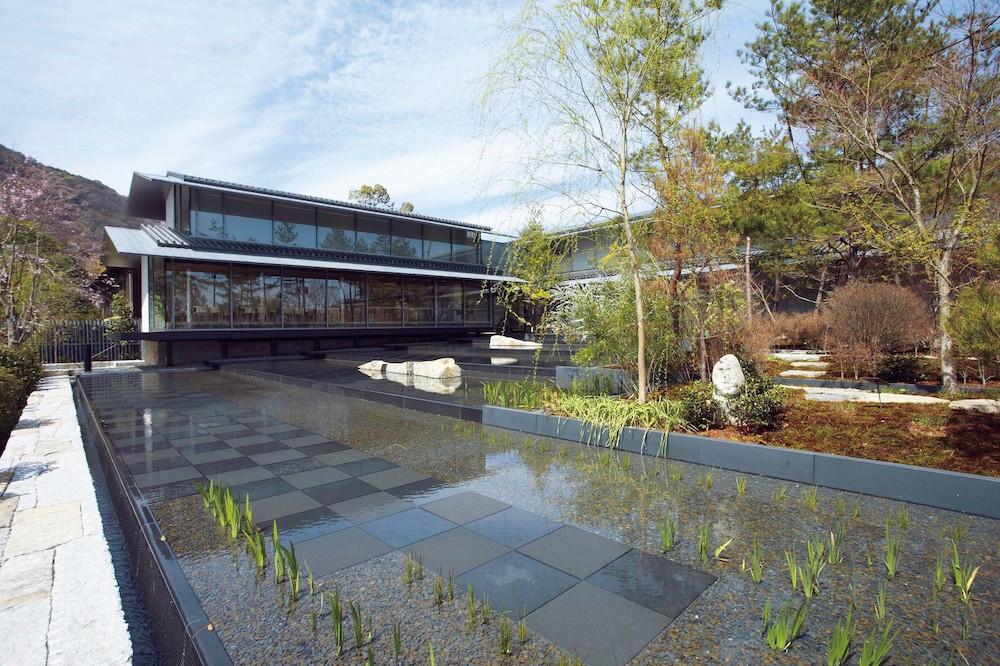 周囲の風景を映し出す美術館前庭(水盤)。