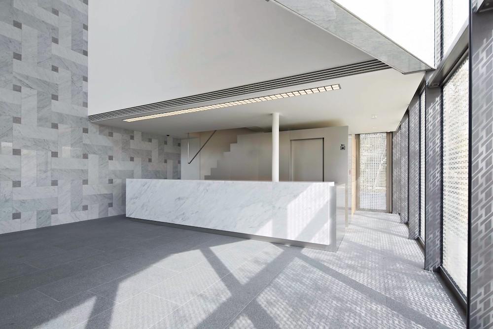 福田美術館エントランスロビー。建物外壁は網代文様をプリントしたガラスを多用しており、館内に心地よい光が差し込む。