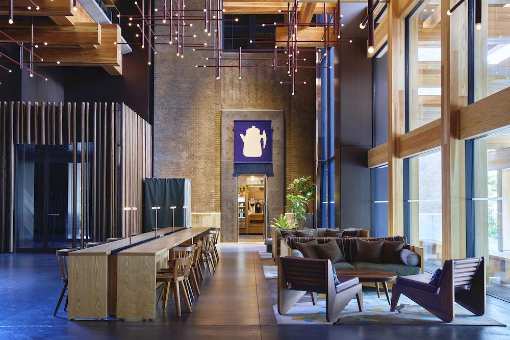24時間オープンの1階ロビー。奥は日本初出店となるStumptown Coffee Roasters(スタンプタウン・コーヒー・ロースターズ/朝7時オープン)。エントランス上に掛かるタペストリーは柚木沙弥郎によるもの。