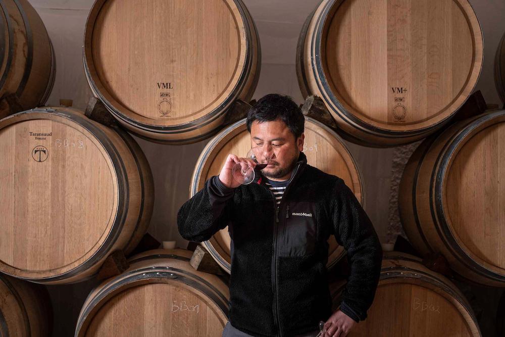 久野のもとで日本酒造りを学んだ伊藤啓孝。ブルゴーニュでのワイン造りは、語学学校でフランス語を学ぶところから始まった。