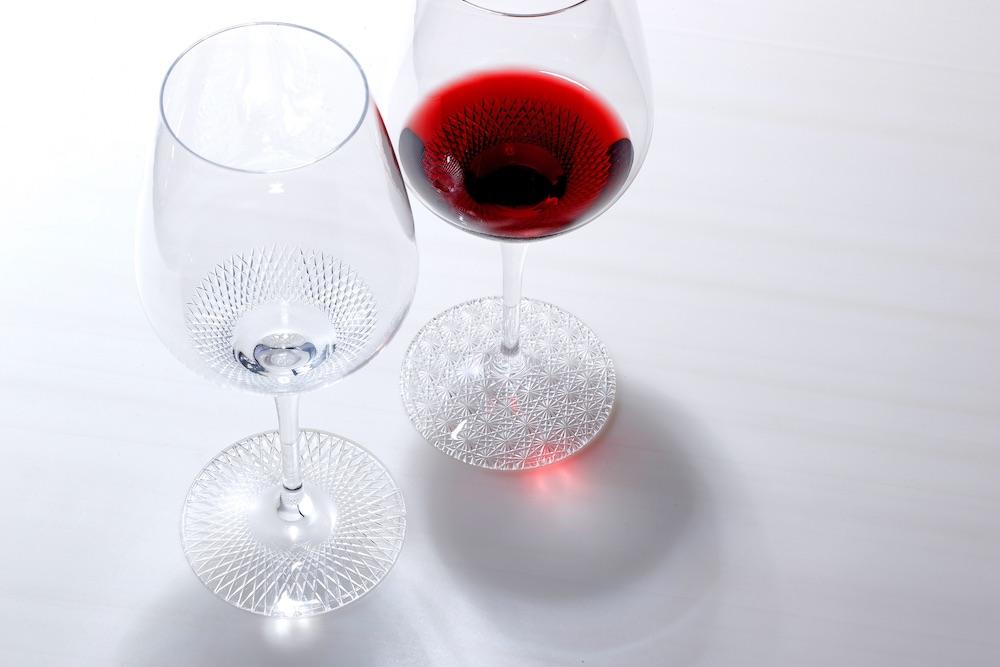 日本が世界に誇る伝統工芸、江戸切子。その魅力を伝える室町硝子工芸から登場したオリジナルのワイングラス「SUI-REN」。