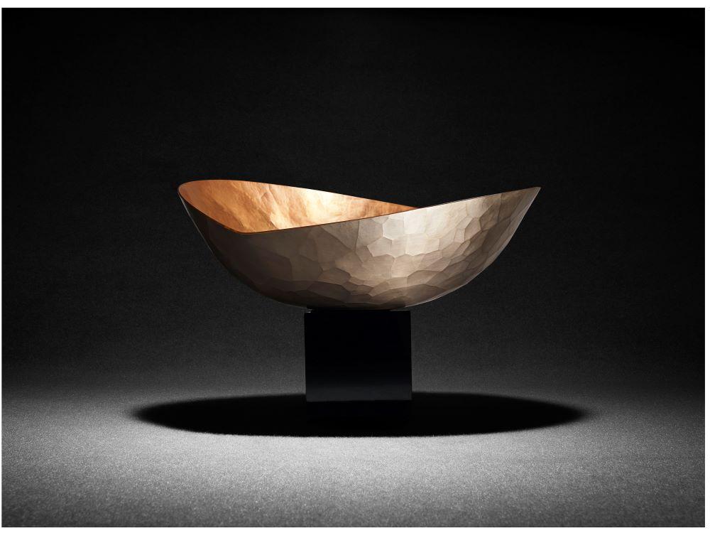 「玉川堂」の鎚起銅器のワインクーラー「魂銅器」は、前田を魅了した伝統工芸品のひとつ。Photography by © MAZDA