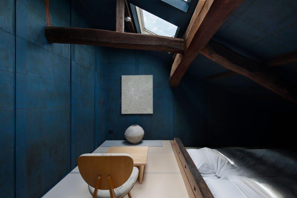青く染められた綾部の手漉き和紙は時間によって空間を変化させる。