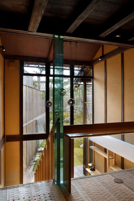 ホールの吹き抜けが宿に光を運ぶ。