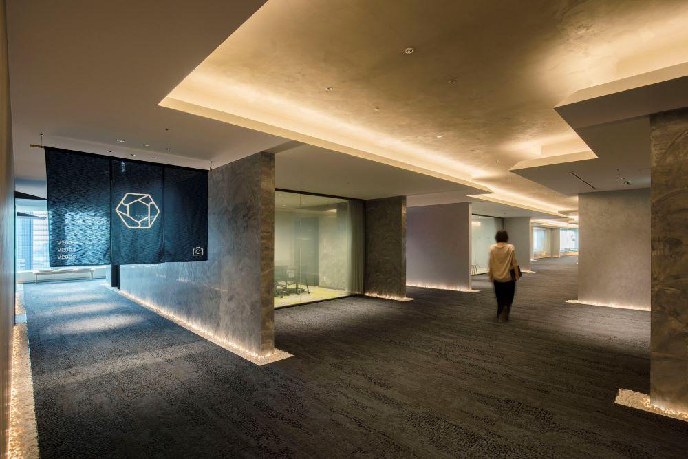 日本橋らしさを表現した路地空間に広がるゲスト用会議室エリア。 Photo by 永禮賢