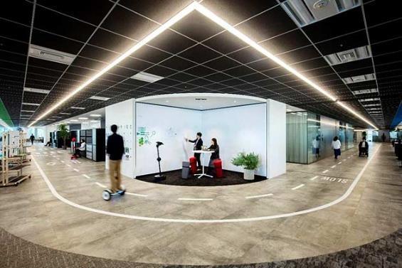TRI-ADのオフィスフロアには一周200メートルの回遊できるストリートがあり、パーソナルモビリティが行き交っている。 Photo by 永禮賢