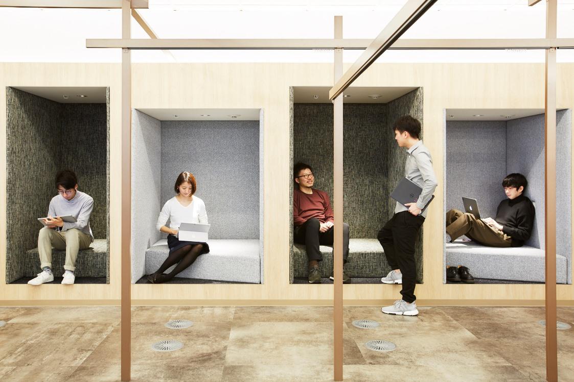 「ワークスタイリング品川」では、ニーズが高まっている個人ワークの質を向上させる半個室が充実。 Photo by 鈴木 渉
