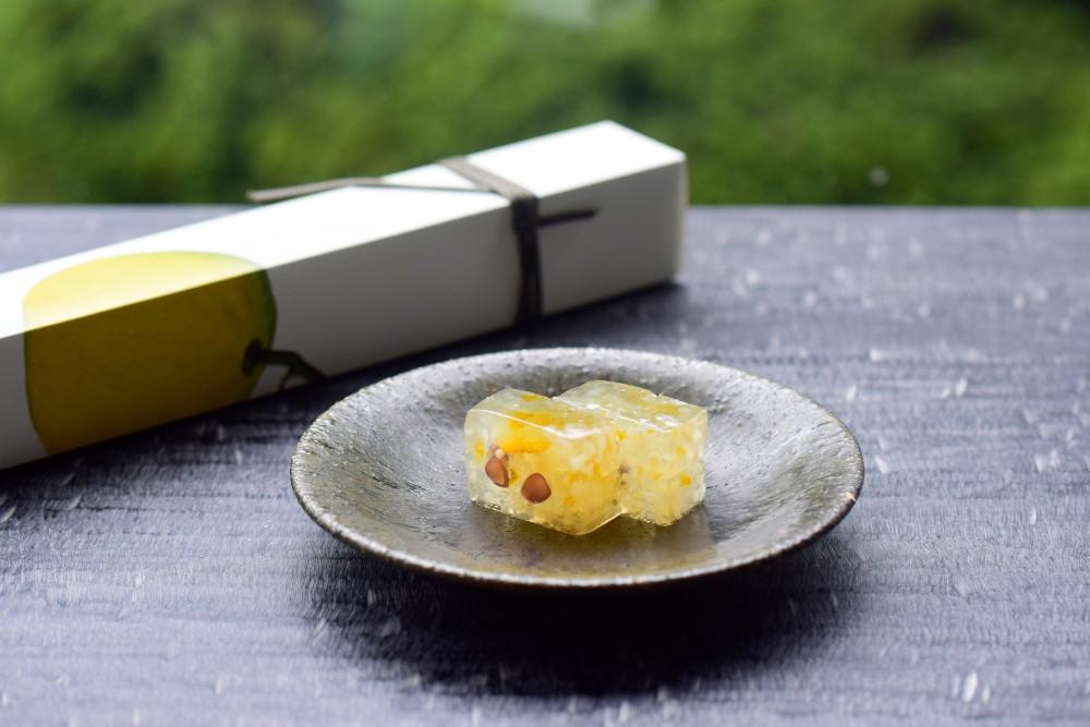 砂糖漬けにした柚子の皮と丁寧に炊いた小豆を閉じ込めた「柚子の道明寺羹」(2,376円・税込)。