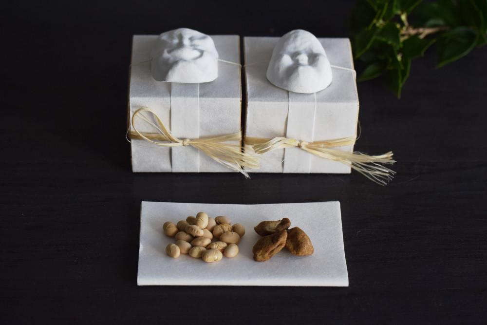 素大豆と鰯豆を桐箱へ詰め合わせた「節分豆」(1,296円・税込)。鬼の面が付いた「鬼は外」と、お多福面の「福は内」の2種類を用意している。