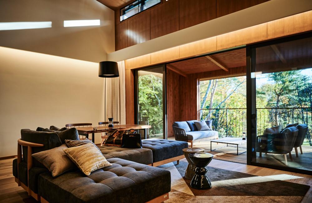 2ベッドルームのヴィラスイート。暖炉を備えたリビングでくつろぎ、広いテラスからプライベートガーデンへ直接降りることができる。