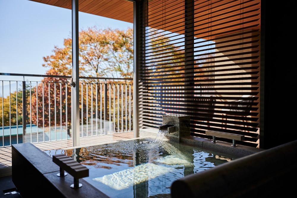 全ての客室に、半露天風呂とテラスが完備されている。部屋によって設えや演出が異なり、ゲストのライフスタイルや気分に対応する。