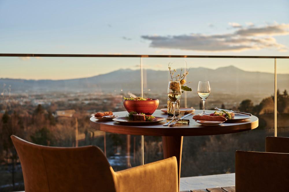 朝食からランチ、ディナーまでいつでも美食が楽しめるオールデイダイニング。本館5階からの眺望を満喫できるのも魅力だ。