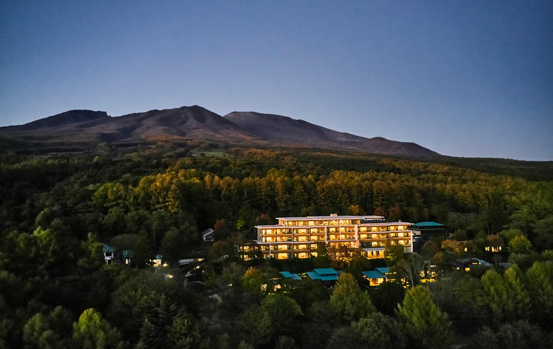 浅間山麓に広がる自然豊かな敷地に、本館と9棟のヴィラ、TAKIBIラウンジなどをゆったりと配した贅沢なオーベルジュとなっている。