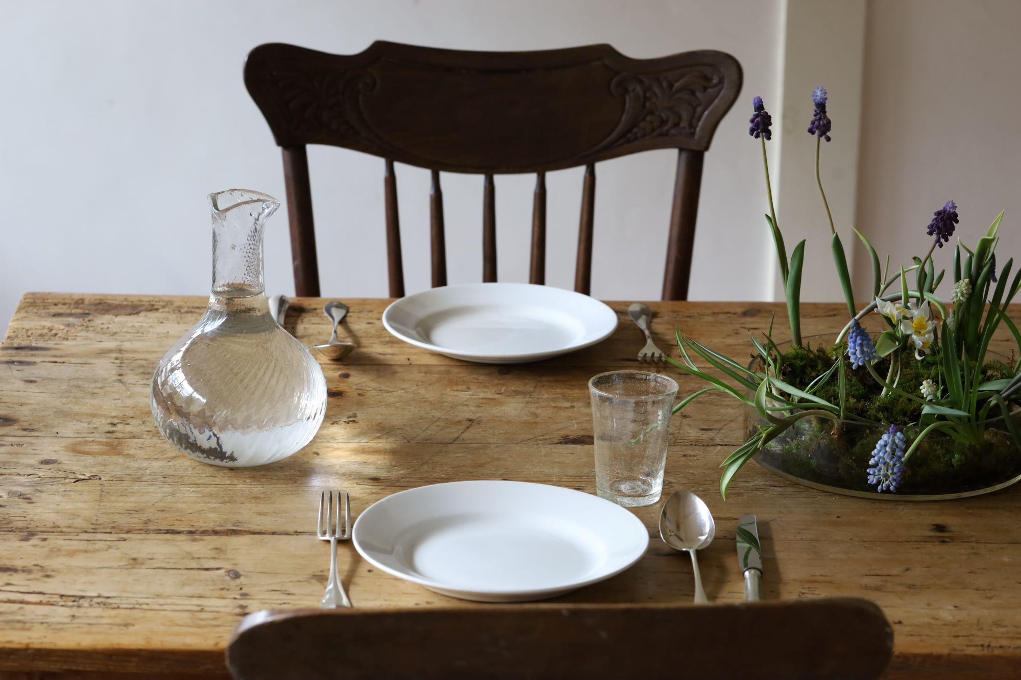 ていねいに磨かれたカトラリーやガラスが美しい、細川家の食卓