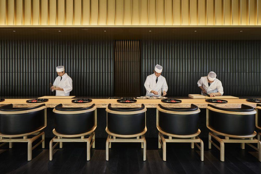 「鷹庵」は、座り心地のいいカウンターとテーブル席で構成される。カウンターを挟んで調理が見えるのも魅力だ。