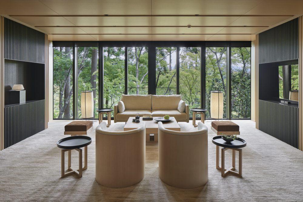 客室は、伝統的な日本旅館のテイストを踏襲しながらも、モダンに設え、自然と一体になるような工夫を盛り込んでいる。