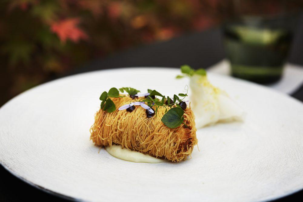 鳥居健太郎シェフの得意の一皿。鮮魚をカダイブで巻いて揚げた京都版「フィッシュ&チップス」。イタリア料理をベースに独自の創作料理を作る。