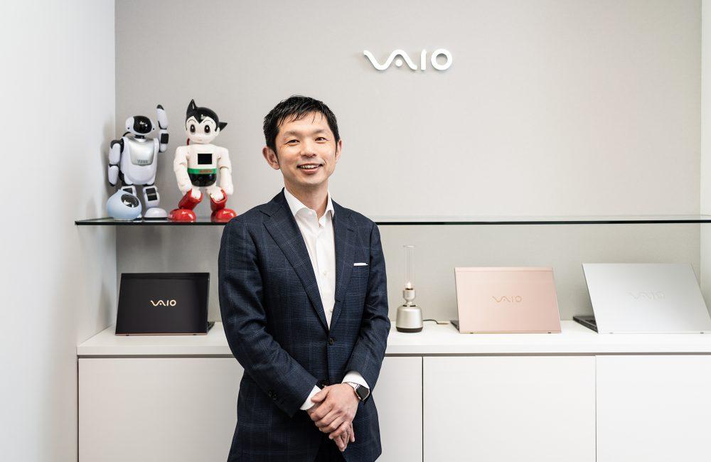 PC事業のほか、近年伸びているのがEMS事業。後ろにあるのが、富士ソフト(左)、講談社(右)、ミクシィ(左手前)から受託したコミュニケーションロボットだ。