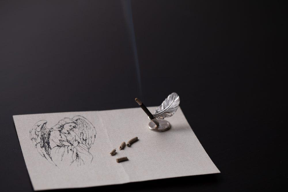 ジョフレが一番好きな香りというアークエンジェル。洗礼式に招待され、訪れた教会のステンドグラスから差しこむ光を見て着想した香り。ミルラやタイム、白檀の香りで表現した陽だまりの記憶。 ※Collaboration with彫金作家・秋濱克大、画家・大和田いずみ