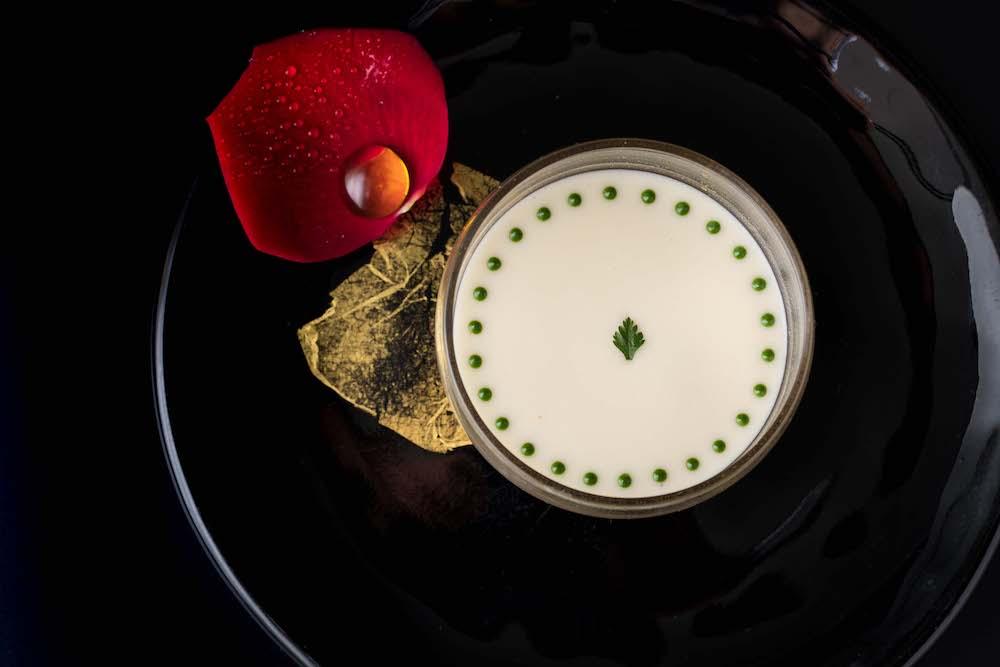 ロブションのシグネチャー「キャビアとオマール海老のジュレ なめらかなカリフラワーのクレ-ムで」