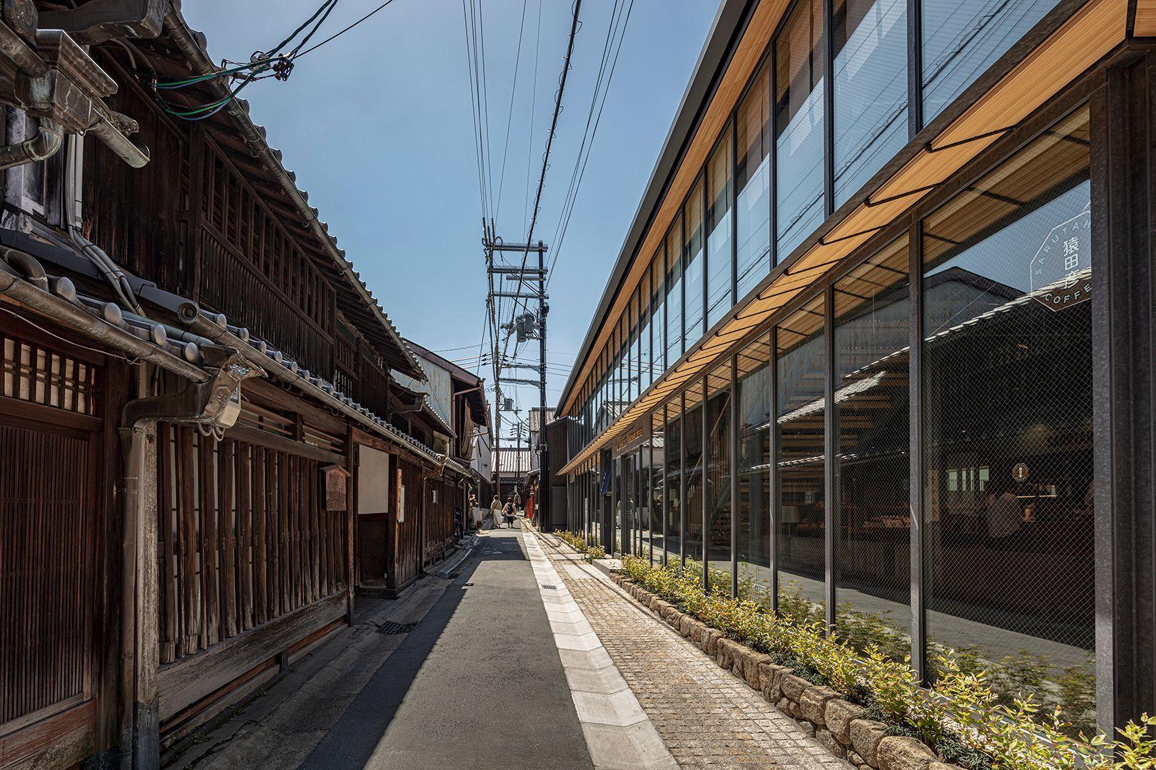 「ならまち」の風景に溶け込む「鹿猿狐ビルヂング」。開放的なガラス窓から見渡せる奈良の街並みも心地よい。