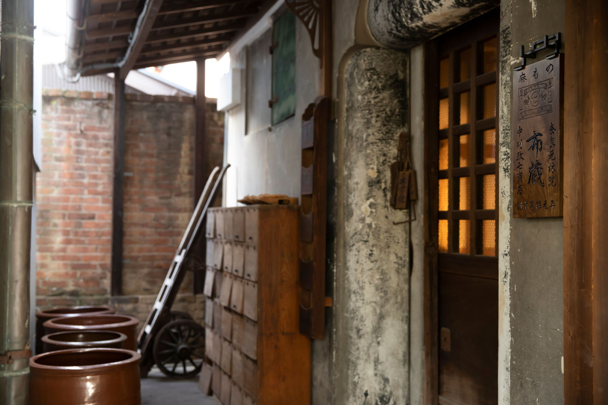 麻に関わる道具や布が保管されている「布蔵」。機織り機などの道具を使って「手績み手織り麻」のものづくり体験もできる。